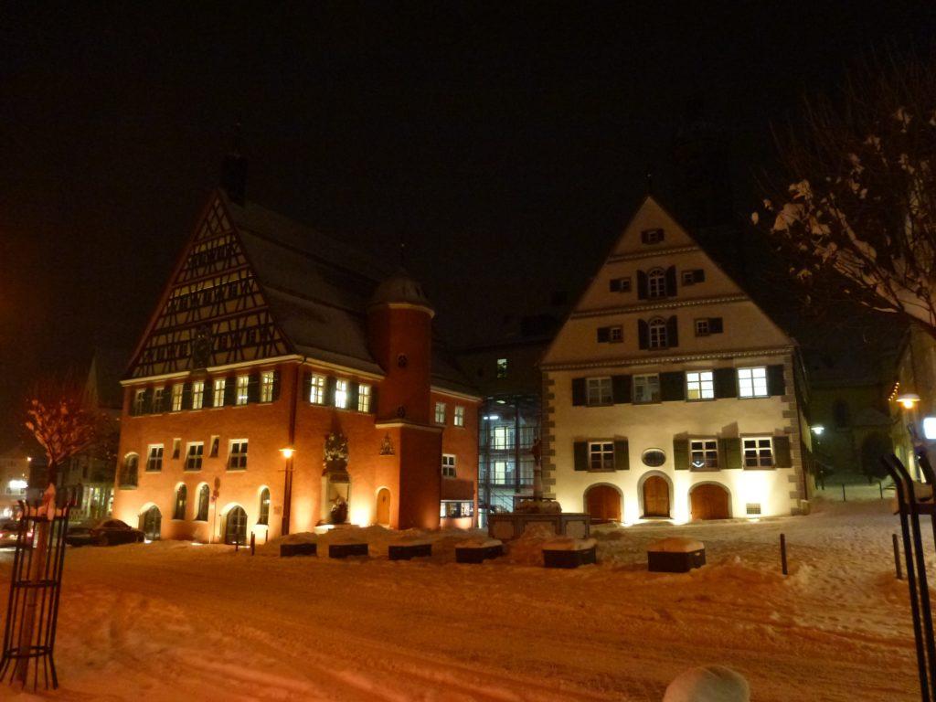 Bopfinger Rathaus im Winter bei Nacht-min